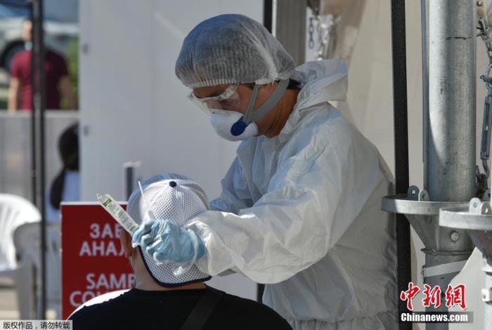 资料图:哈萨克斯坦民众接受新冠病毒检测。
