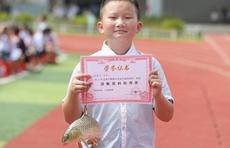 广西三江:期末考试奖活鱼,小朋友带鱼回家
