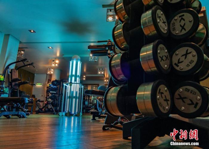 资料图:近日,英国伦敦室内健身房重新开馆,紫外线消毒机器人在健身房对健身器械等进行杀菌消毒。图片来源:视觉中国