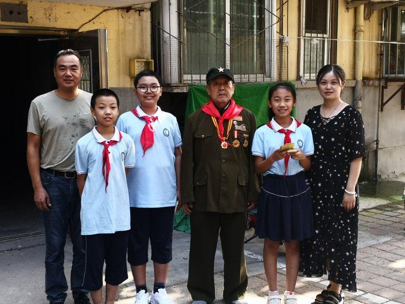 革命精神代代传!济南市新苑小学少先队员走访慰问革命老战士