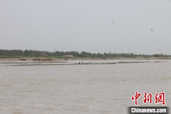 新疆阿克苏市4名群众遭遇河水围困 消防战士营救脱险