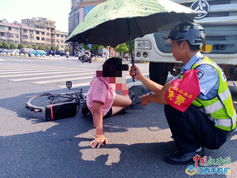 遂川:烈日下,民警为伤员撑伞遮阳(图)