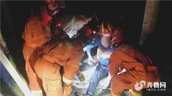 老人夜晚为捉知了猴不慎坠入8米深井 淄博消防紧急救援