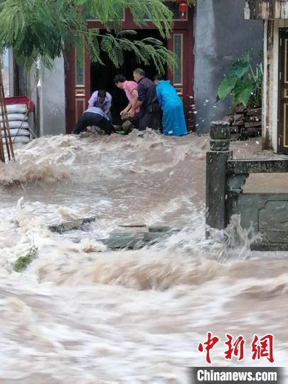 青田高湖镇内冯村两委干部辅助村民构建防水坝。青田传媒团体提供