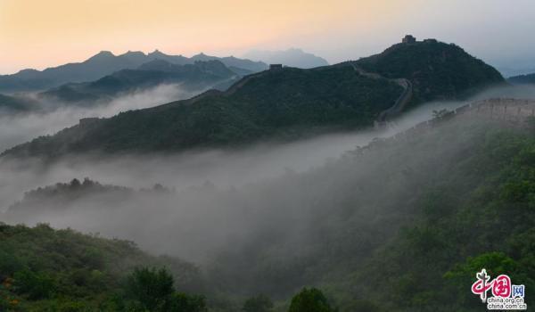 避暑胜地金山岭 雨后云雾漫长城