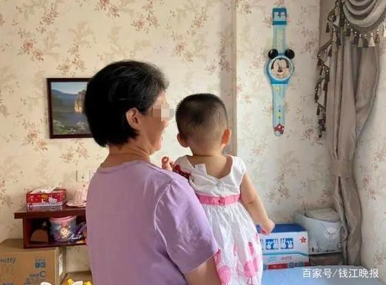 杭州53岁失独母亲产下一女,她说等断了母乳就把头发染黑
