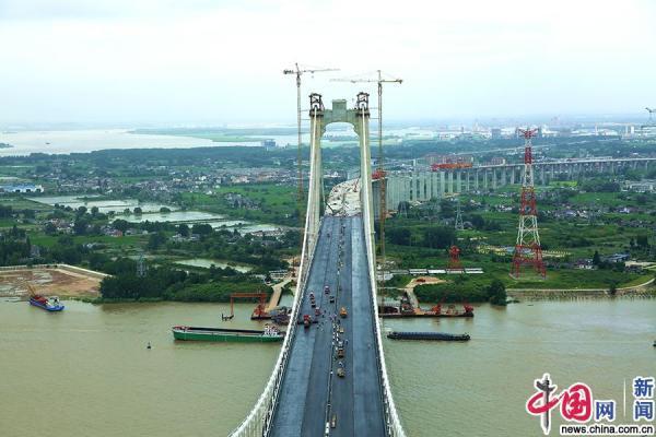 五峰山长江大桥公路钢桥面沥青摊铺完成