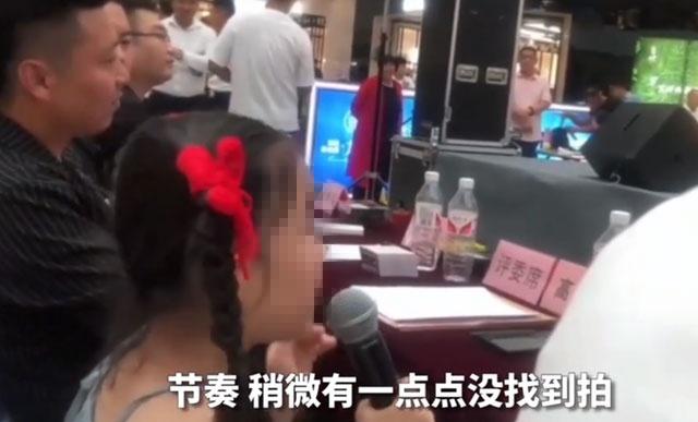 8岁童星当评委遭质疑,经纪人:你们有她出名吗?