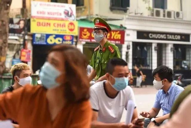▲7月31日,在越南河内,一名警察在新冠病毒检测点执勤。新华社/法新