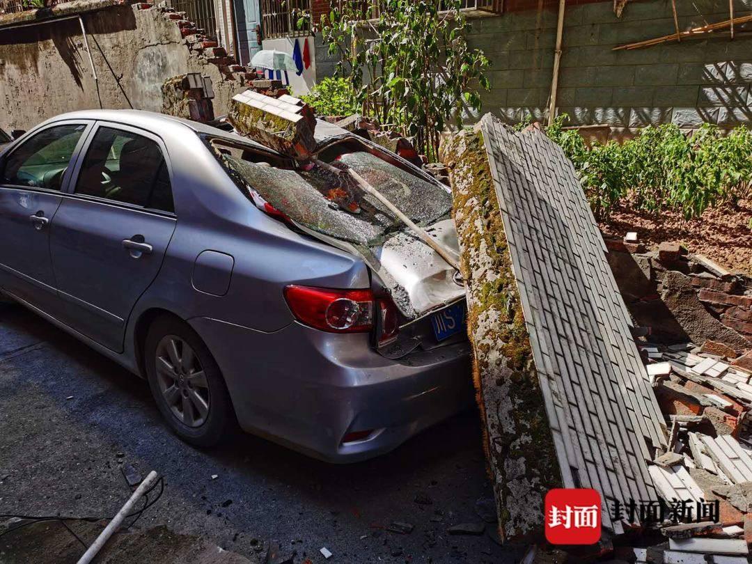 躺着中枪!四川大竹一安置房小区围墙垮塌砸坏2台轿车