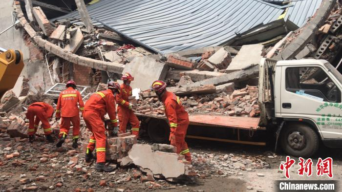 公安、消防、120抢救部分正在现场进行救援。钟欣 摄