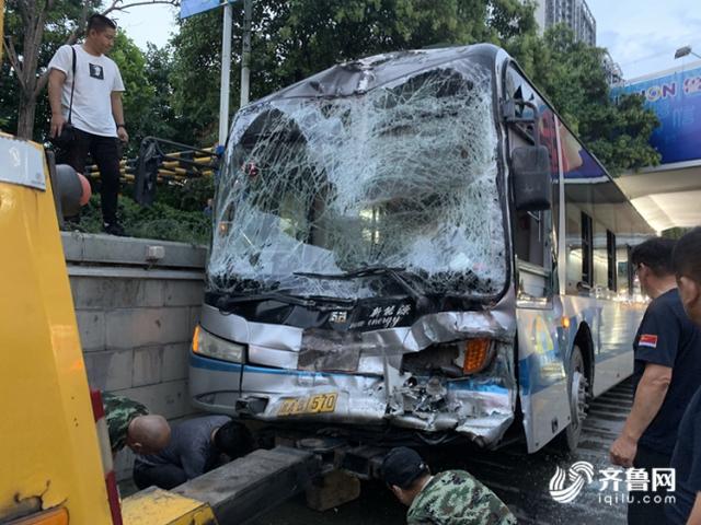 突发!济南3辆公交车相撞,一辆车前挡风玻璃全碎了,事故致2人受伤