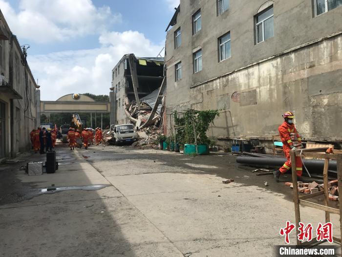 哈尔滨市一金属买卖市场内四层修建发生坍塌。钟欣 摄