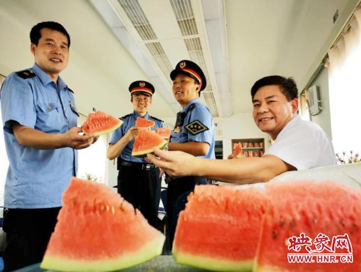 炎炎夏日送清凉 郑州客运段工会送西瓜、花露水为一线职工防暑降温
