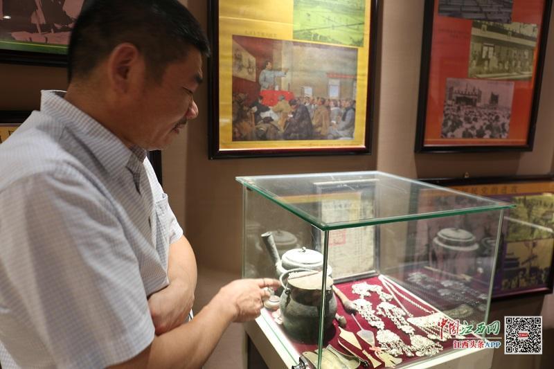 红色文物收藏者梁建云在产业园区内开起私人党建博物馆