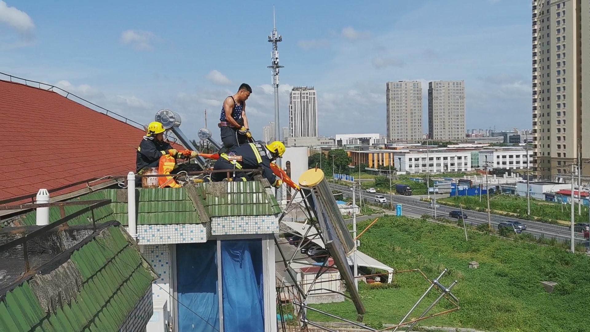 """台风""""黑格比""""来袭,公寓楼顶热水器被掀翻,消防接警紧急处置"""