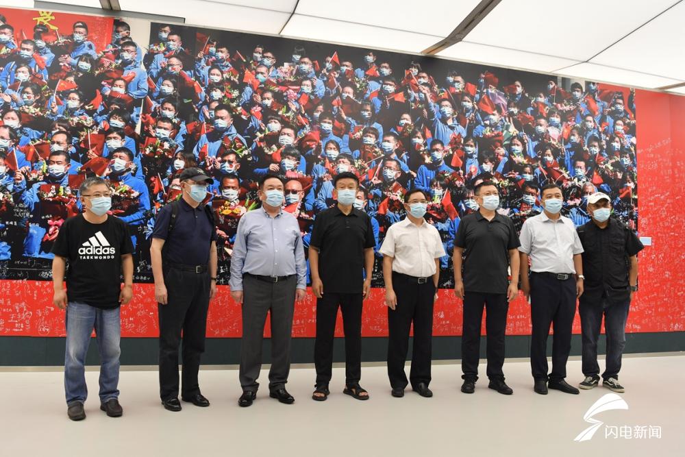 《致敬,抗疫英雄》巨幅照片捐赠山东大学齐鲁医院