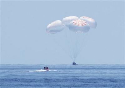 """美国""""龙""""飞船载两名宇航员 返回地球"""
