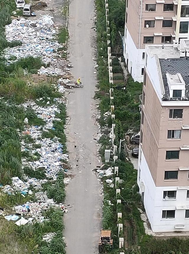阳光家园西侧:空地变垃圾场 数十米垃圾堆恶臭熏天