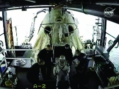 """""""龙""""飞船载两名宇航员返回地球"""