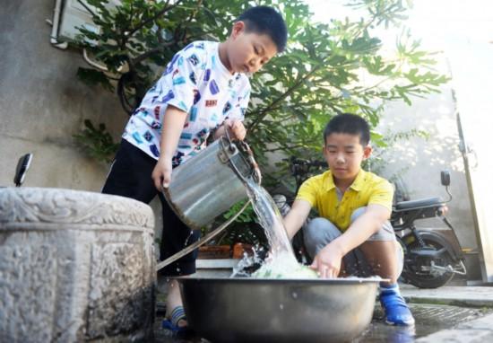 """扬州老城区避暑""""土方"""" 打盆井水""""冰""""西瓜"""