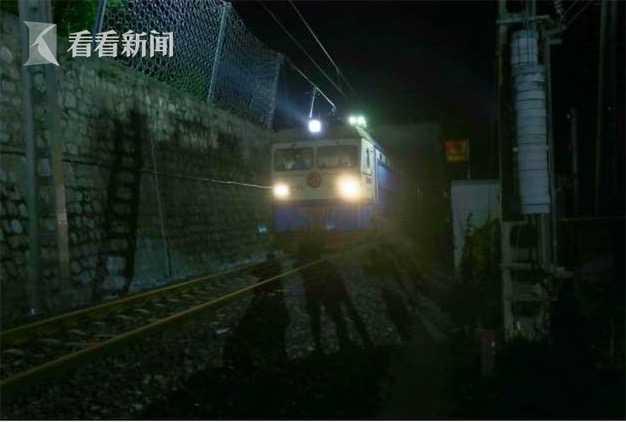 视频|成昆铁路岩崩地质灾害区段已抢通 恢复货运列车