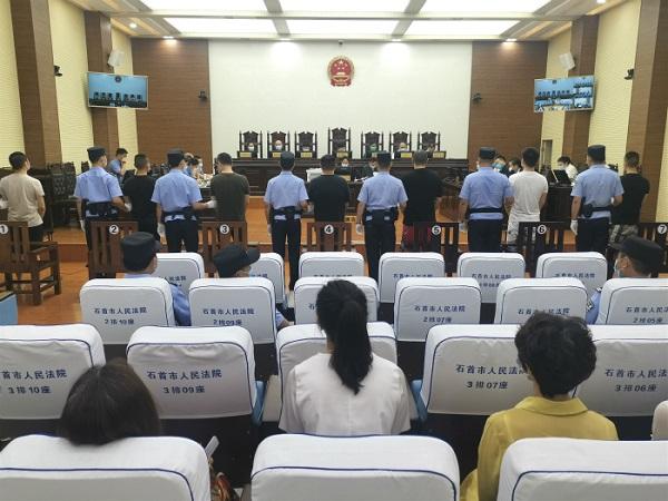 湖北石首法院公开开庭审理胡某清等7人恶势力犯罪集团案