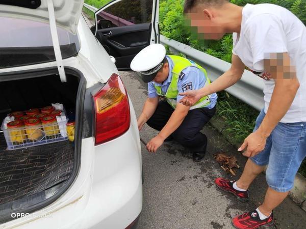 高速公路上爆胎司机焦急无助 闷热天气中交警给力修车解忧