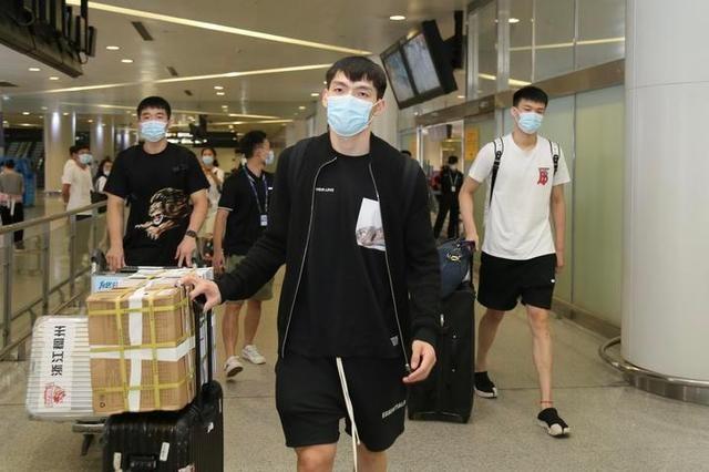 """球迷从义乌专程赶来,迎接浙江稠州银行男篮,""""我们非常满意了"""""""