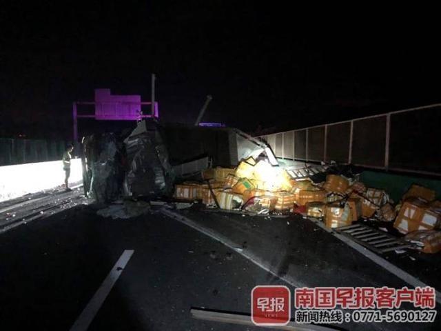 """泉南高速上5吨小龙虾越箱""""大逃亡""""!原来是大货车爆胎侧翻"""