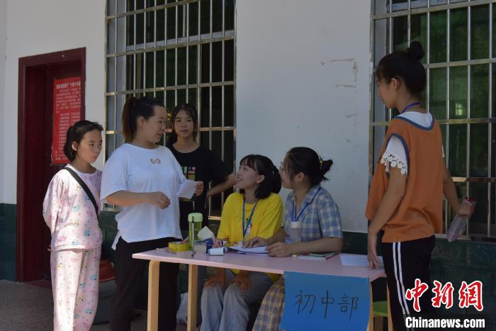 大学生志愿者为湖南衡东贫困学子开兴趣辅导班