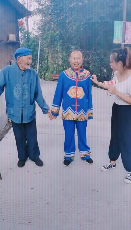 直播枫香河村 网友围观土家族木质吊脚楼