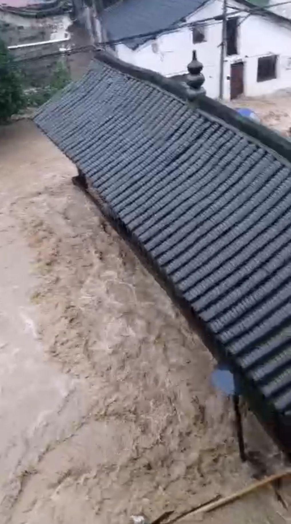 浙江永康棠溪古村发生山洪 村民在村委会高层房屋避险