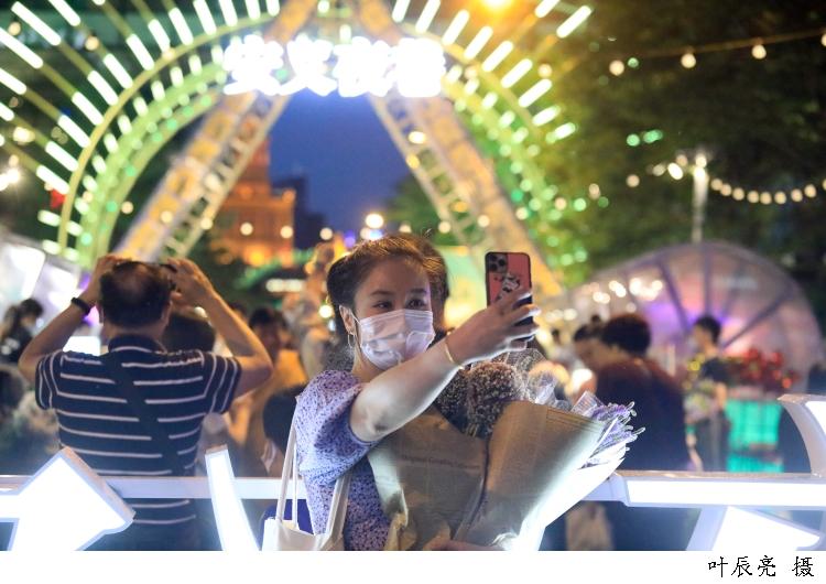 取样上海99个集市,原来逛集市的消费者有车有娃族居多……