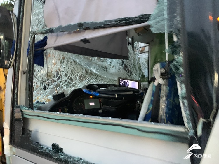 济南通报两辆公交车与旅游大巴相撞事故:公交车为躲避私家车紧急刹车