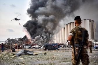 半岛电视台:黎巴嫩爆炸现场如废墟 汽车被炸上屋顶