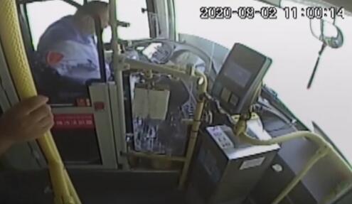 湖州公交车司机突发心梗 20秒处置确保乘客安全