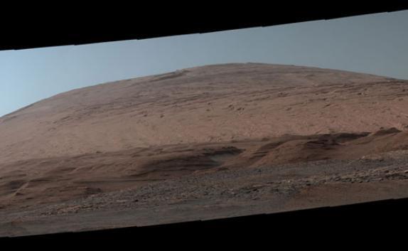 """""""好奇""""号拍摄的夏普山全景图,由44张图像拼接而成。图片来源:美国宇航局官网"""