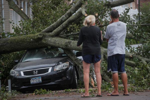 """""""伊萨亚斯""""袭击美国东海岸 当地数百万家庭遭断电"""