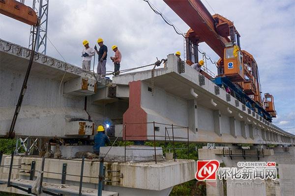 图说怀化 渝怀铁路增建二线舞水湾滩2号特大桥进行架梁施工