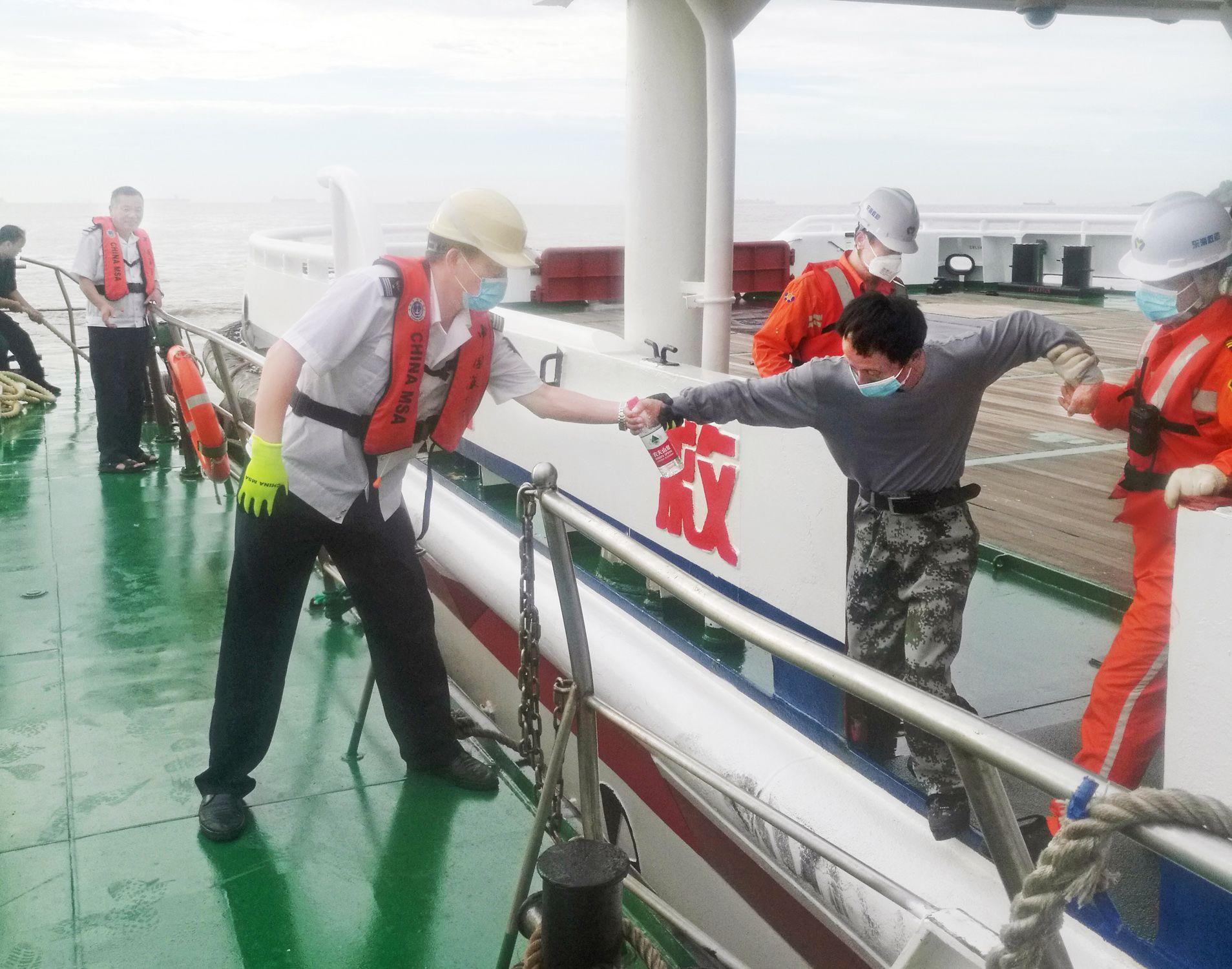 亿兴测速:撞4名落水船员亿兴测速获救无生命危险图片