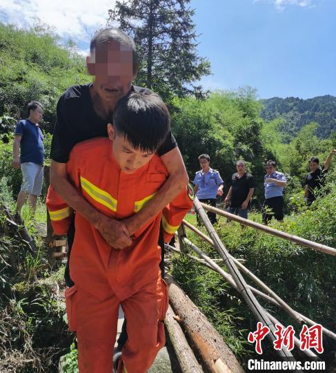 湖南衡阳各路警力奋战70余小时救出误入深山游客