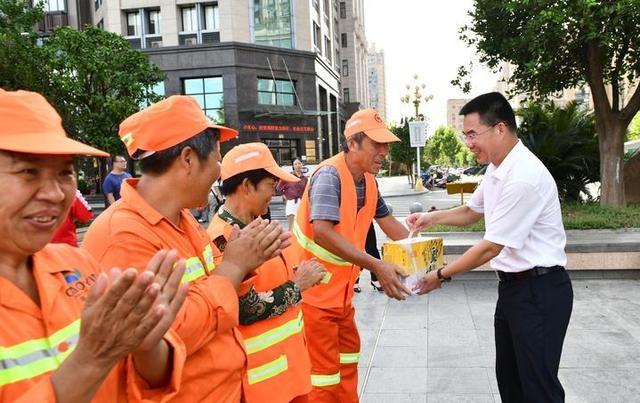炎炎夏日送清凉 东阳市四套班子领导看望慰问在高温下坚守的一线工作人员