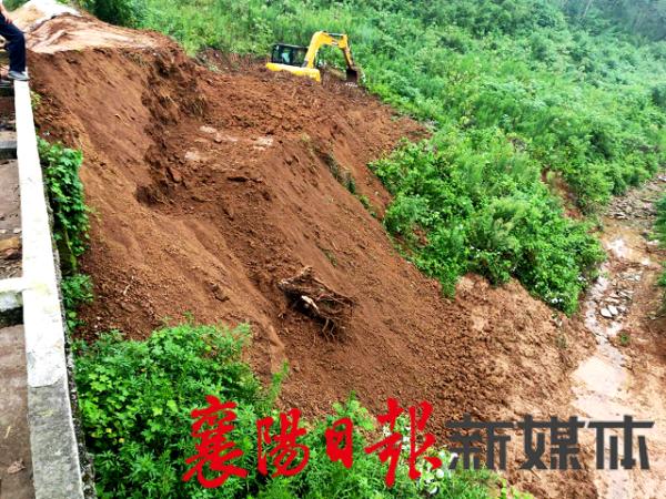 冷集镇:高温下抢修水渠渡槽,700亩稻田灌溉有保障