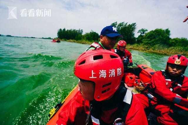巢湖蓝藻大面积爆发 消防冲锋舟清理杂物100余吨