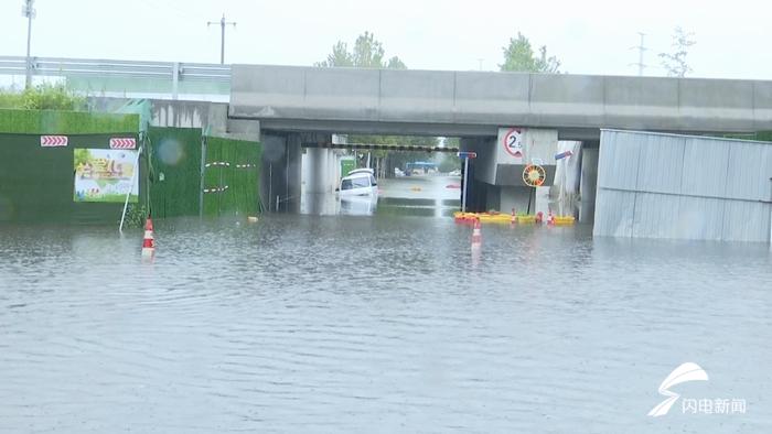 46秒丨德州:面包车雨中陷水坑 消防人员紧急救援助脱困