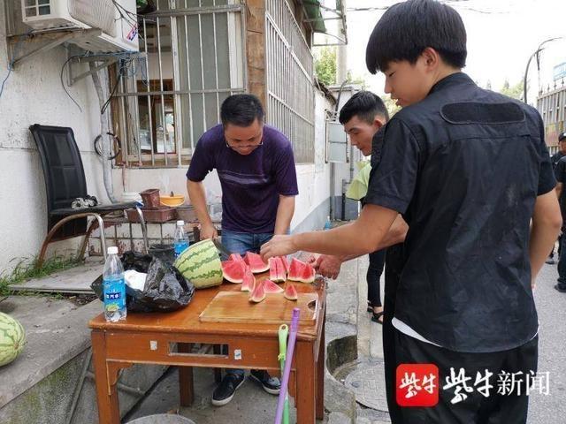 看到社工、志愿者高温中忙碌,他们送上清凉解暑的80斤大西瓜
