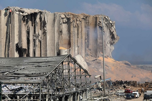 黎巴嫩首都贝鲁特港口区4日傍晚发生剧烈爆炸。截至5日晨,爆炸已造成至少100人死亡,另有4000多人受伤。新华社发