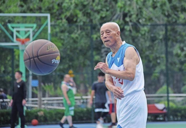 92岁老翁痴迷篮球70年