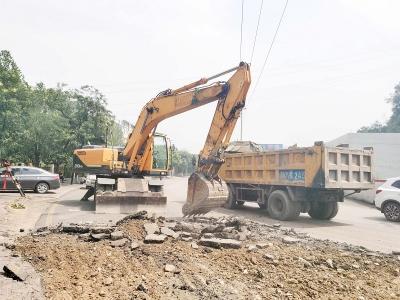 灵石县市政服务中心紧急抢修受损路面
